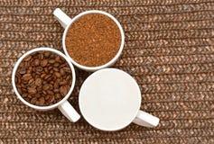 Επίπεδος βάλτε Τρία άσπρα φλυτζάνια με τον καφέ, τα φασόλια και τη ζάχαρη Στοκ φωτογραφίες με δικαίωμα ελεύθερης χρήσης