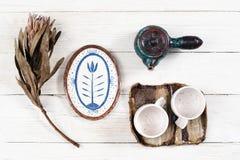 Επίπεδος βάλτε των αγροτικών πιάτων για το τσάι Στοκ Φωτογραφία