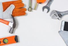 Επίπεδος βάλτε των καθορισμένων μηχανικών εργαλείων του αυτοκινήτου επισκευάζοντας σε γκρίζο χαρτί Στοκ φωτογραφία με δικαίωμα ελεύθερης χρήσης