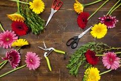 Επίπεδος βάλτε των λουλουδιών στον ξύλινο πίνακα Στοκ Εικόνες