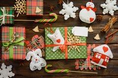Επίπεδος βάλτε των δώρων Χριστουγέννων που διακοσμούνται με τα χειροποίητα παιχνίδια στοκ φωτογραφίες με δικαίωμα ελεύθερης χρήσης