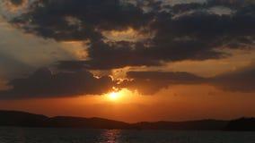 Επίπεδος ορίζοντας κάτω από το φανταστικό ηλιοβασίλεμα επάνω από τη θάλασσα απόθεμα βίντεο