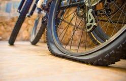 Επίπεδο ελαστικό αυτοκινήτου ποδηλάτων Στοκ Φωτογραφία