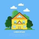 Επίπεδο σπίτι προαστίου με τα πράσινες δέντρα και τη χλόη Στοκ εικόνα με δικαίωμα ελεύθερης χρήσης