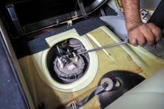 Επίπεδο τράβηγμα κατσαβιδιών από το βήμα 2 καυσίμων αντλιών tik Στοκ φωτογραφίες με δικαίωμα ελεύθερης χρήσης