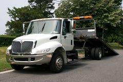 Επίπεδο φορτηγό ρυμούλκησης κρεβατιών στοκ εικόνες με δικαίωμα ελεύθερης χρήσης