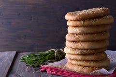 Επίπεδο ψωμί με τους σπόρους σουσαμιού Στοκ εικόνα με δικαίωμα ελεύθερης χρήσης