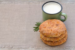 Επίπεδο ψωμί τυριών με το γάλα στην υφαντική πετσέτα Στοκ φωτογραφίες με δικαίωμα ελεύθερης χρήσης