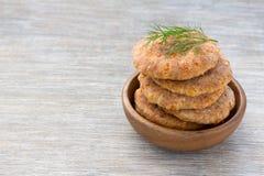 Επίπεδο ψωμί τυριών σε ένα ξύλινο κύπελλο Στοκ Εικόνες