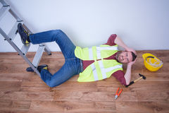 Επίπονος εργαζόμενος μετά από στον τραυματισμό εργασίας στοκ εικόνα με δικαίωμα ελεύθερης χρήσης