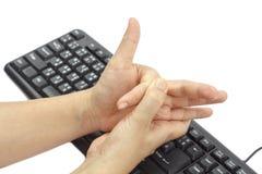 Επίπονο δάχτυλο λόγω της παρατεταμένης χρήσης του πληκτρολογίου Στοκ φωτογραφίες με δικαίωμα ελεύθερης χρήσης