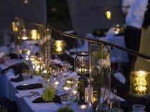Επίσημη επιτραπέζια ρύθμιση νύχτας Στοκ εικόνες με δικαίωμα ελεύθερης χρήσης