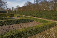 Επίσημος κήπος βασίλισσας ` s: 17ος κήπος ύφους αιώνα που τοποθετείται πίσω από/στο πίσω μέρος του ολλανδικών σπιτιού/του παλατιο Στοκ εικόνες με δικαίωμα ελεύθερης χρήσης