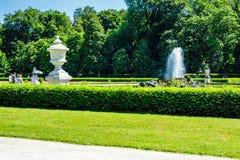 Επίσημος κήπος με τα διακοσμητικές δοχεία και την πηγή στοκ εικόνα με δικαίωμα ελεύθερης χρήσης