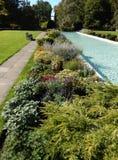 Επίσημος κήπος με την κλασσική πηγή Στοκ φωτογραφία με δικαίωμα ελεύθερης χρήσης