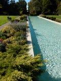 Επίσημος κήπος με την κλασσική πηγή Στοκ εικόνα με δικαίωμα ελεύθερης χρήσης
