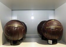 Επίσημο κατάστημα της Manchester United - σφαίρες ποδοσφαίρου παλιού σχολείου Στοκ Εικόνες