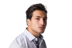 Επίσημο πορτρέτο του νεαρού άνδρα στο πουκάμισο που εξετάζει τη κάμερα Στοκ Φωτογραφίες