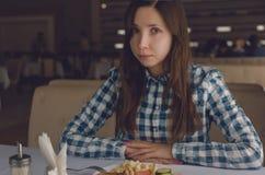επίσης η στοά ημερομηνίας ρομαντικός μου βλέπει την παρόμοια εργασία Το νέο κορίτσι στον καφέ έχει ένα μεσημεριανό γεύμα Στοκ Φωτογραφία