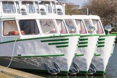 Επίσκεψη της βάρκας του άσπρου στόλου στο αγκυροβόλιο Στοκ φωτογραφία με δικαίωμα ελεύθερης χρήσης