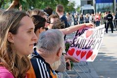 Επίσκεψη του βασιλικού ζεύγους στη Βαρσοβία Άνθρωποι που κρατούν τις σημαίες και τα λουλούδια του Union Jack Στοκ Φωτογραφίες