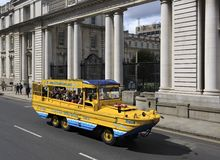 Επίσκεψη του λεωφορείου για τους τουρίστες στο κέντρο στοκ εικόνα με δικαίωμα ελεύθερης χρήσης