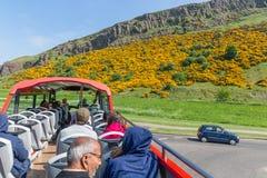 Επίσκεψη του λεωφορείου Εδιμβούργο με τους τουρίστες κοντά στο κάθισμα Arthurs βουνών Στοκ Εικόνες