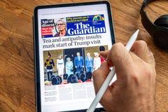 Επίσκεψη του Ντόναλντ Τραμπ στην κάλυψη εφημερίδων ειδήσεων της Apple iPad στοκ εικόνα