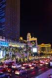 Επίσκεψη Vegas με το αυτοκίνητο κατά τη διάρκεια της νύχτας Στοκ Φωτογραφία