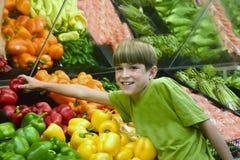 επίτευξη πιπεριών αγοριών Στοκ φωτογραφίες με δικαίωμα ελεύθερης χρήσης