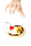 επίτευξη χεριών κέικ Στοκ φωτογραφία με δικαίωμα ελεύθερης χρήσης