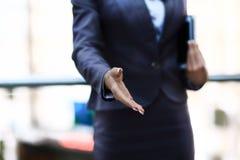 Επίτευξη χεριών Businesswomans Στοκ Φωτογραφία