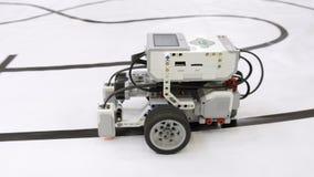 Επίδειξη ενός μικρού ρομπότ που κινείται στις ρόδες σε ένα φεστιβάλ ρομποτικής απόθεμα βίντεο