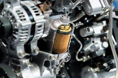 Επίδειξη διατομής φίλτρων πετρελαίου μηχανών μέσα στη μηχανή μηχανών μέσα Στοκ Φωτογραφίες