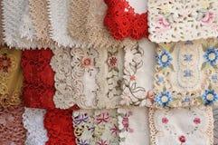 Επίδειξη μερικών ζωηρόχρωμων flowery διαμορφωμένων επιτραπέζιων χαλιών κεντητικής Στοκ Φωτογραφία