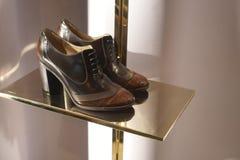 Επίδειξη προθηκών παπουτσιών μόδας που ψωνίζει λιανικώς Στοκ φωτογραφίες με δικαίωμα ελεύθερης χρήσης