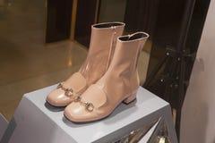 Επίδειξη προθηκών παπουτσιών μόδας που ψωνίζει λιανικώς Στοκ Φωτογραφίες