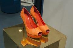 Επίδειξη προθηκών παπουτσιών μόδας που ψωνίζει λιανικώς Στοκ Φωτογραφία