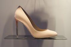 Επίδειξη προθηκών παπουτσιών μόδας που ψωνίζει λιανικώς Στοκ Εικόνα