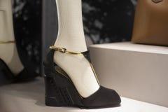 Επίδειξη προθηκών παπουτσιών μόδας που ψωνίζει λιανικώς Στοκ Εικόνες