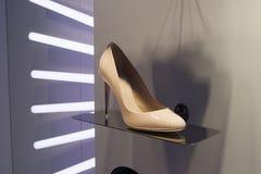Επίδειξη προθηκών παπουτσιών μόδας που ψωνίζει λιανικώς Στοκ εικόνες με δικαίωμα ελεύθερης χρήσης