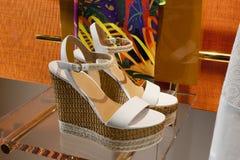Επίδειξη προθηκών παπουτσιών μόδας που ψωνίζει λιανικώς Στοκ φωτογραφία με δικαίωμα ελεύθερης χρήσης