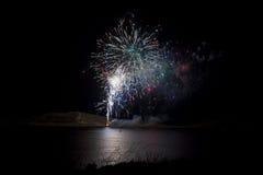 Επίδειξη πυροτεχνημάτων πέρα από τη λίμνη Στοκ φωτογραφίες με δικαίωμα ελεύθερης χρήσης