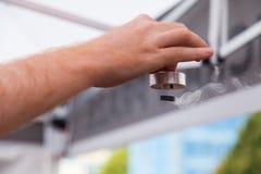 Επίδειξη της υπεραγωγιμότητας, ειδικό υλικό που δροσίζεται με το υγρό άζωτο Στοκ Εικόνα