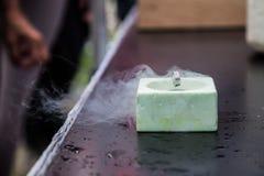 Επίδειξη της υπεραγωγιμότητας, ειδικό υλικό που δροσίζεται με το υγρό άζωτο Στοκ Φωτογραφίες