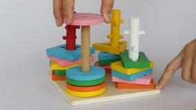 Επίδειξη του ζωηρόχρωμου ξύλινου παιχνιδιού γρίφων απόθεμα βίντεο