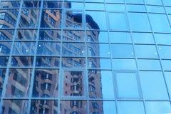 Επίδειξη του multistory κτηρίου σε ένα γραφείο γυαλιού Στοκ Εικόνα