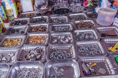 Επίδειξη των διαφορετικών μεγέθους δαχτυλιδιών δάχτυλων που τοποθετούνται στα πιάτα σε ένα κατάστημα οδών για την πώληση, Chennai Στοκ φωτογραφία με δικαίωμα ελεύθερης χρήσης