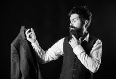 επί παραγγελία κοστούμι Επίσημο κοστούμι ένδυσης ατόμων γενειοφόρο με τη φανέλλα και το σακάκι πουκάμισων Κομψή εξάρτηση συνήθεια στοκ εικόνες