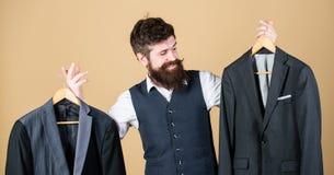 Επί παραγγελία κοστούμι Πιό couturier ράφτης μόδας ατόμων γενειοφόρος Κομψή εξάρτηση συνήθειας Προσαρμογή και σχέδιο ενδυμάτων Τέ στοκ εικόνες με δικαίωμα ελεύθερης χρήσης